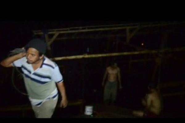 Warga mengevakuasi perahu eretan yang terbalik. (don)