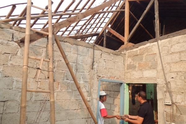 Warga membenahi rumah roboh di Serpong. (ist)