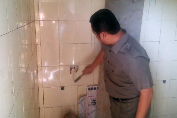 Walikota Tangerang, Arief saat membongkar keramik proyek. (ist)