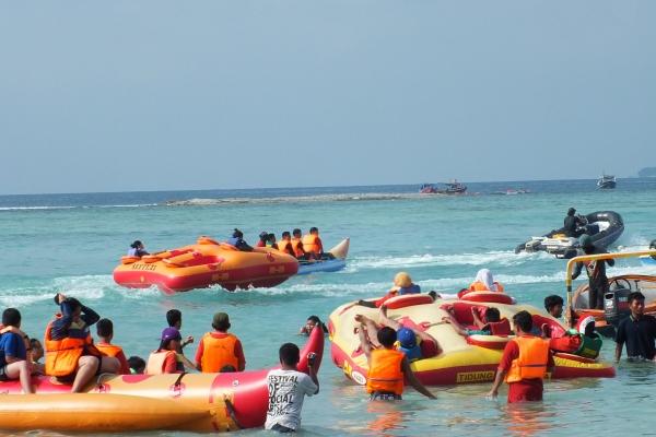 Speed boat, salah satu fasiltas hiburan di Pulau Tidung. (bung)