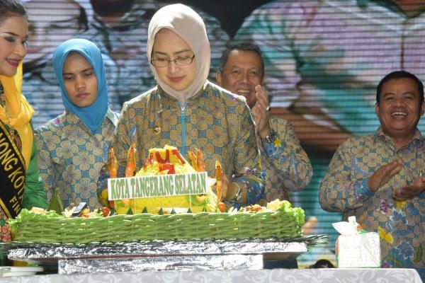 Walikota Airin Rachmi Diany potong tumpeng pada perayaan HUT ke-7 Kota Tangsel. (ymw)