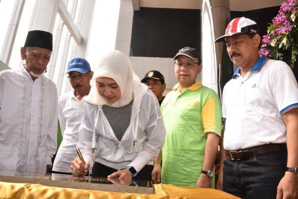 Walikota Airin Rachmi Diany menandatangani prasasti peresmian gedung Balaikota Tangerang Selatan di Jalan Raya Maruga,. (ymw)