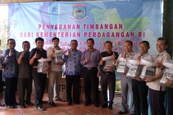 Foto bersama usai pembagian timbangan yang dilakukan Disperindag Kota Tangsel. (man)