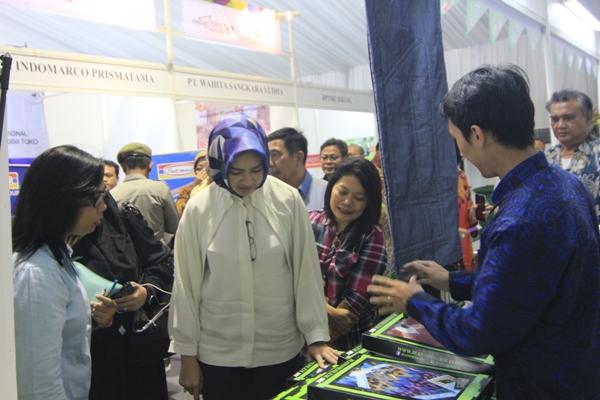Walikota Tangsel saat meninjau stan dalam Job Fair Tangsel di Serpong. (one)