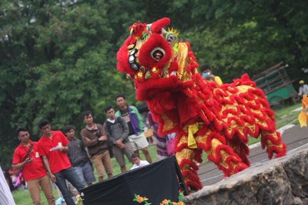 Atraksi barongsai pada Festival Barongsai di Taman Kota II BSD. (one)