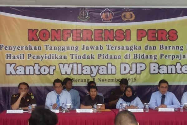 Pejabat Kanwil DJP Banten memberikan keterangan kepada wartawan. (ist)