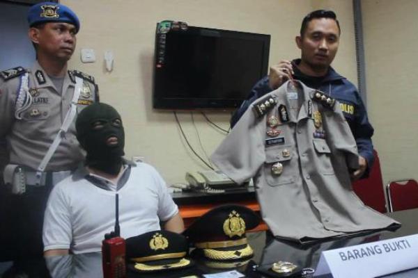 Petugas saat gelar perkara polisi gadungan yang ditangkap di Bandara Soekarno Hatta. (don)