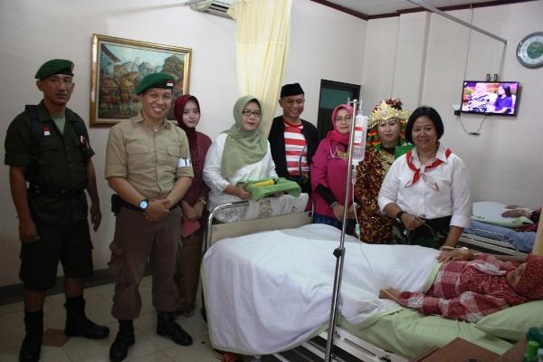 Pegawai RS Daan Mogot kenakan kostum pejuang dan baju adat. (nai)