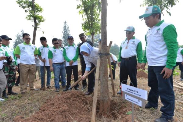 Walikota Tangsel saat menanam pohon di Hutan Kota Rawa Buntu. (ist)