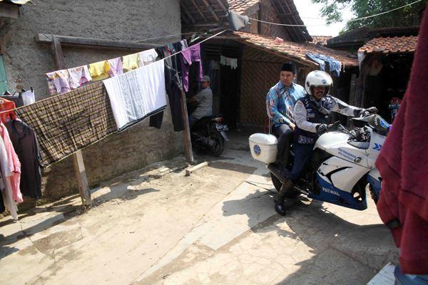 Walikota Arief bonceng motor patwal meninjau wilayah Neglasari. (ist)