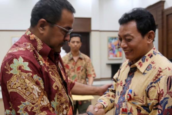 Kepala DBMTR Banten, Widodo Hadi (kanan) bersama Gubernur Banten. (bbs)