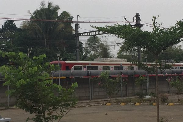 Kereta Serpong Tanah Abang yang pantografnya terbakar di Stasiun Rawa Buntu. (@BumiSerpong)