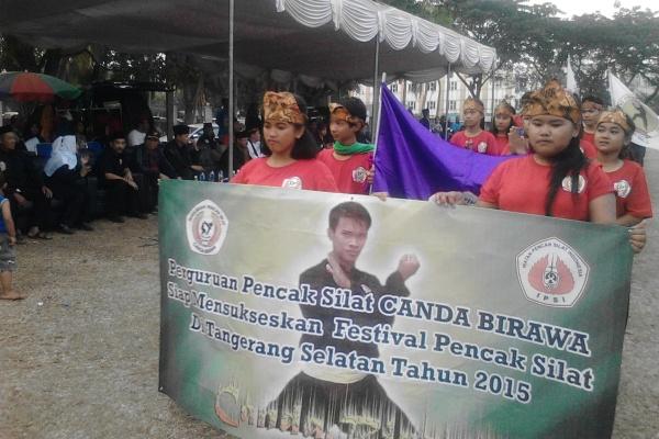 Pesilat saat kirab Festival Pencak Silat se-Tangsel 2015 di lapangan Telkom. (one)