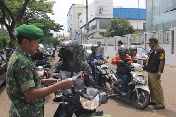 Petugas memeriksa kartu identitas pengendara. (one)