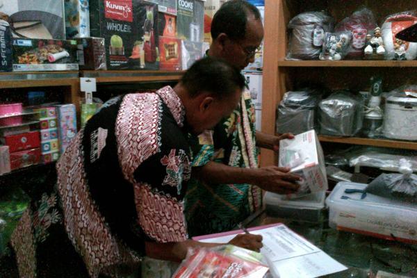 Petugas saat memeriksa produk di Pasar8 Alam Sutera. (zah)