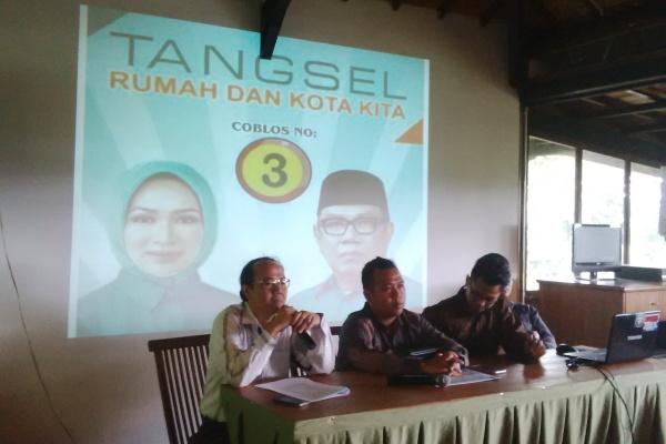 Tim kuasa hukum Airin Benyamin memberikan keterangan kepada wartawan. (mus)