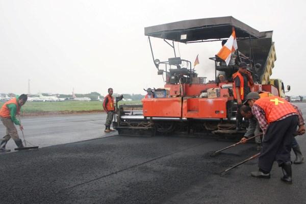 Pembenahan runway Bandara Pondok Cabe. (ymw)
