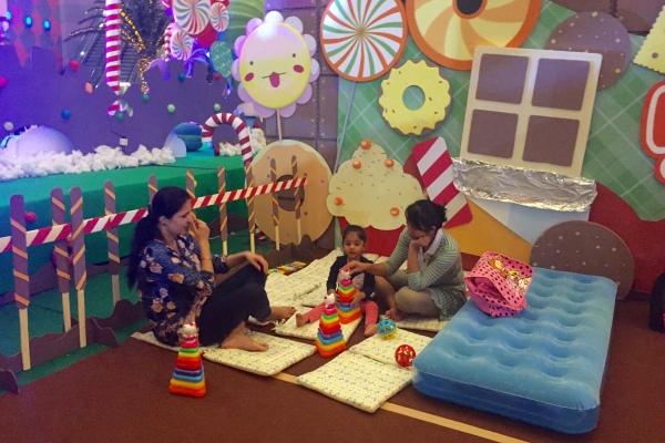 Pengunjung saat bermain di Candyland Mall of Indonesia. (bud)