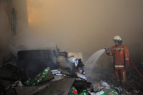 Petugas memadamkan api yang membakar gudang petasan di Serpong Utara. (one)