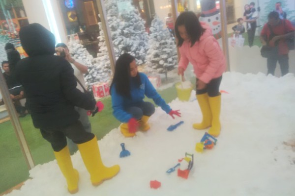 Anak-anak bermain salju di area Living World Alam Sutera. (bud)
