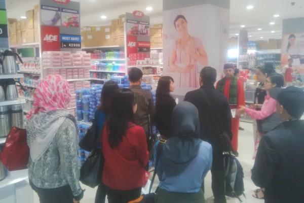 Costumer mulai berdatangan pada opening Living Plaza Bintaro. (bud)
