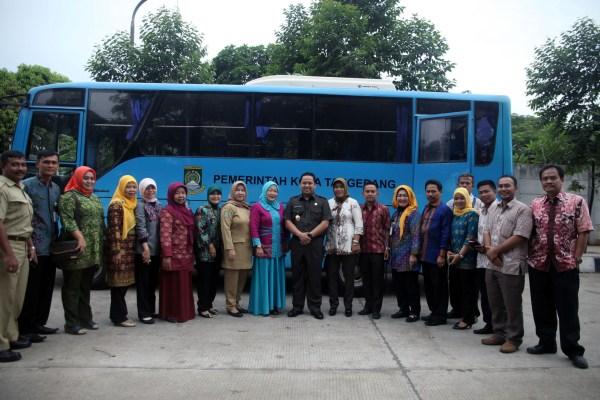 Walikota Tangerang saat melepas rombongan Adiwiyata. (ist)