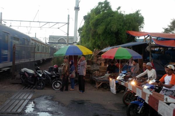 Perlintasan kereta api berpalang di Serpong. (ymw)