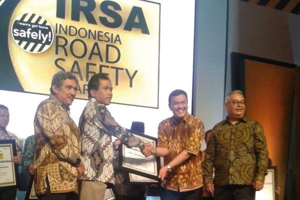Asda II Pemkot Tangsel (kanan) menerima penghargaan IRSA 2015. (ist)