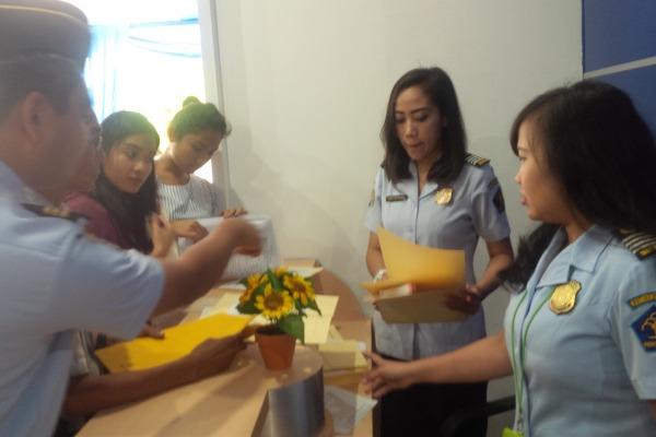 Petugas melayani pembuatan paspor di ULP Kantor Imigrasi Kelas 1 Tangerang di Serpong. (one)