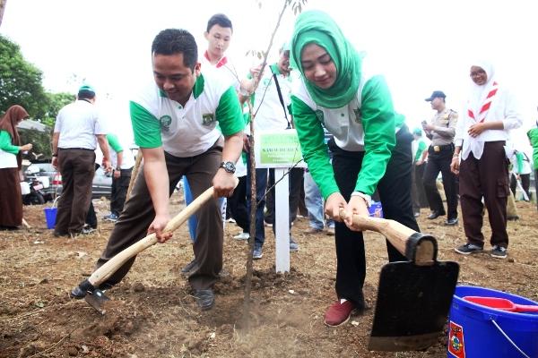 Walikota Tangerang menanam pohon secara simbolis di Eco Park. (ist)