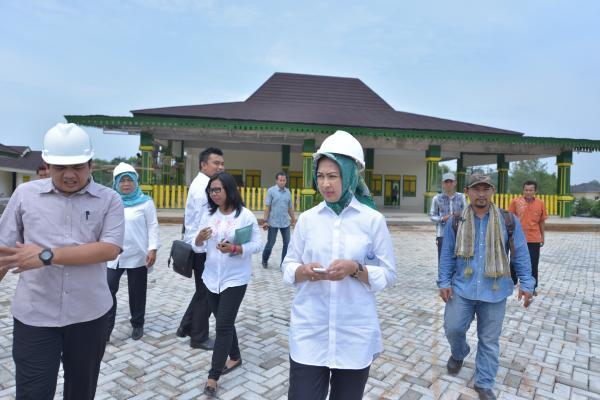 Walikota Tangsel, Airin Rachmi Diany dengan latar belakang Rumah Blandongan di Tandon Ciater. (ist)