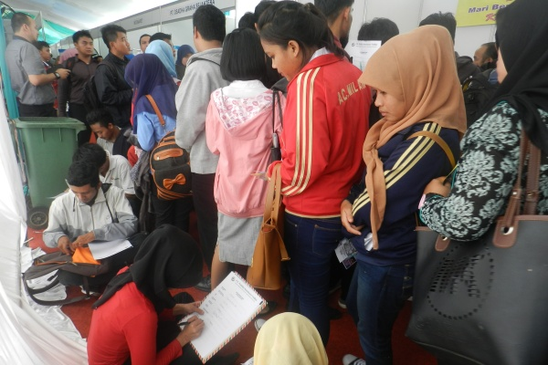 Pencari kerja mengantre pada gelaran Job Fair di Tangsel. (fit)