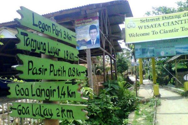 Petunjuk arah daerah wisata di Banten. (bbs)