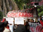 Demo di KPU Kota Tangsel