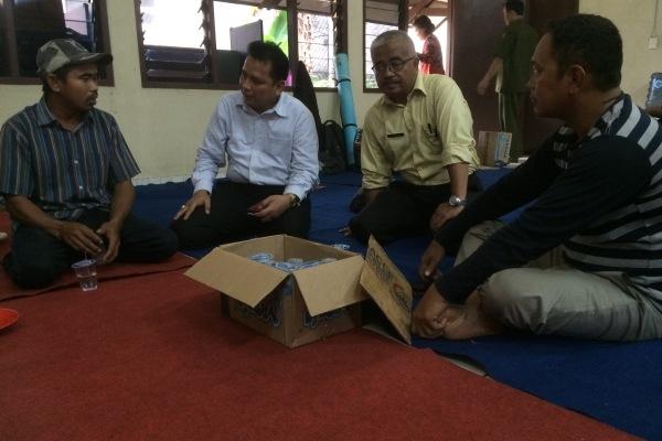 Kepala Dinsosnakertrans Kota Tangsel (kedua kiri) berbincang dengan eks anggota Gafatar di Rumah Singgah. (one)