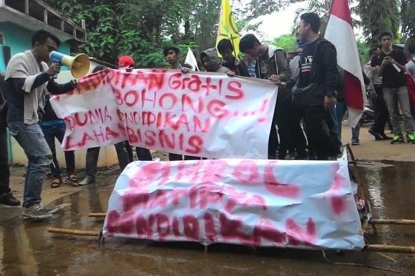 Massa Gema Kosgoro berunjuk rasa di kantor Dindik Kota Tangsel. (hen)