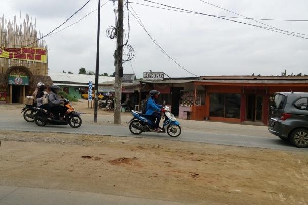 Warga melintas di Jalan Ciater, Serpong. (one)