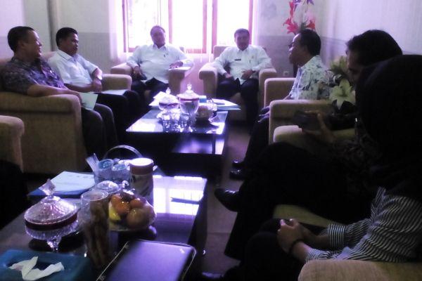 Kakanwil Kemenag Banten, Moh. Agus Salim,  (ketiga dari kiri) menyatakan siap untuk melanjutkan program USAID PRIORITAS bagi peningkatan mutu madrasah di Banten. (ist)