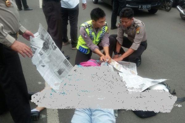 Petugas saat mencoba mengevakuasi korban kecelakaan. (man)