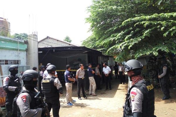 Petugas berjaga di lokasi penggerebekan terduga teroris di Ciputat. (man)