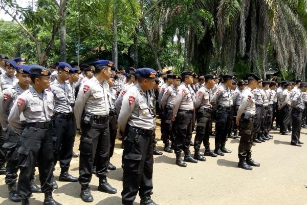Petugas kepolisian tengah berbaris. (one)
