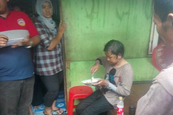 Lapar, Pipit menyantap makanan usai memanjat sutet di Ciputat. (man)
