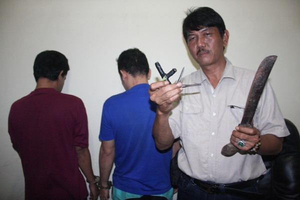 Petugas Polsek Pamulang menunjukan barang bukti yang digunakan pelaku curanmor. (san)