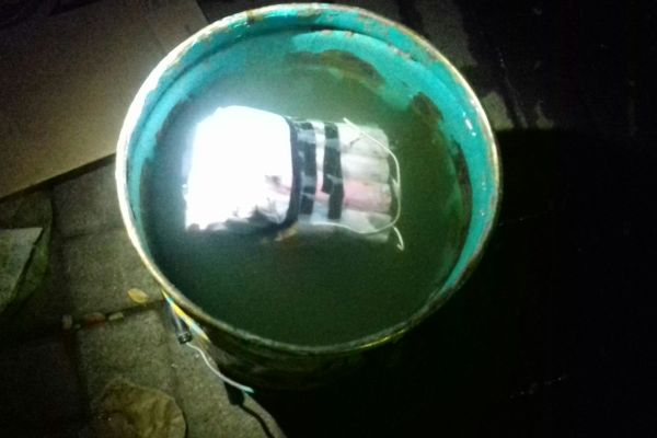 Direndam, benda mirip bom diamankan di Polsek Pondok Aren. (man)