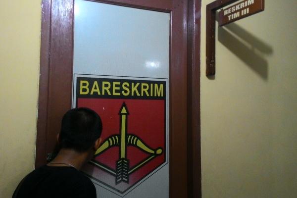 Seorang wartawan melongok ke ruang Reskrim Polsek Pondok Aren. (hen)