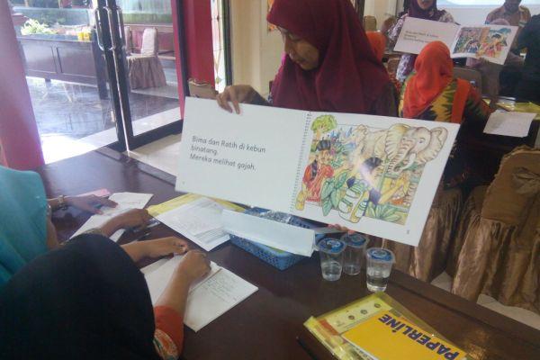 Ida Rohayati, guru kelas 2 SDN Cileunsir Kecamatan Petir sedang praktik menggunakan big book dalam simulasi membaca bersama. (ist)