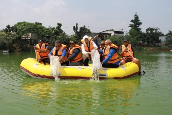 Wakil Walikota Tangsel dan sejumlah Kepala SKPD tabur benih ikan di Situ Bungur. (dok)