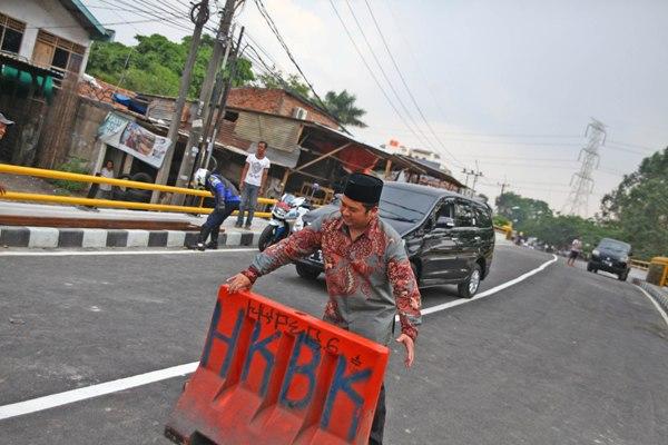 Walikota Tangerang memindahkan road barrier untuk membuka Jembatan Angke. (ist)