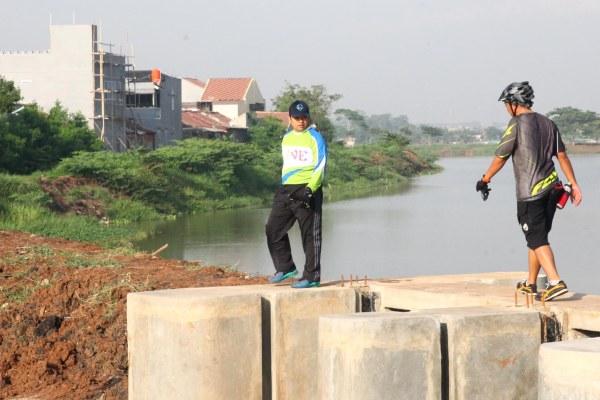 Walikota Tangerang saat monitoring proyek penanganan banjir di wilayah barat. (ist)