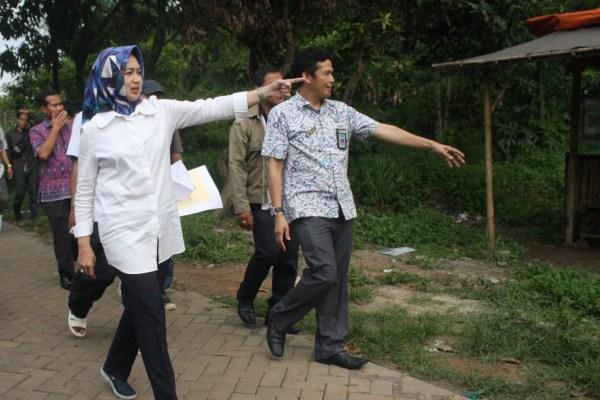 Walikota Tangsel meninjau lahan gedung BNN Kota Tangsel di Kecamatan Setu. (san)